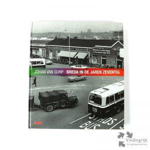 """Johan van Gurp was van 1970 tot 2007 als fotojournalist werkzaam voor de Stem. De drie boeken over Breda met publicaties van zijn werk, uitgegeven door De Geus, beslaan de periode van 1970 tot 2000. Het fotoboek """"Breda in de jaren zeventig"""" toont een reeks van verdwenen straatbeelden en stadsgezichten, nostalgische beelden van evenementen en herkenbare situaties. De stempel van De Geus geeft aan dat het hier handelt om een recensie-exemplaar. Een mooi historisch overzicht in beelden."""