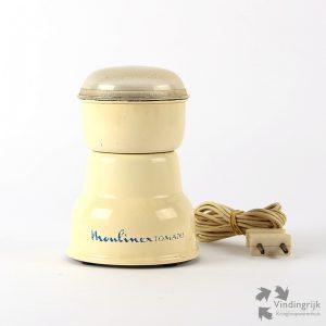 Vintage elektrische koffiemolen van het merk Moulinex-Tomado. Moulinex werd in 1932 opgericht in Frankrijk. Tomado werd in 1923 te Dordrecht opgericht door de gebroeders Van der Togt. Tomado staat voor Van der Togt Massa Artikelen Dordrecht. Deze koffiemolen, de Moulinex Tomado is een co-productie die dateert van omstreeks 1960. Betere koffie dan gemaakt met vers gemalen bonen is er niet. Gemaakt in Frankrijk.
