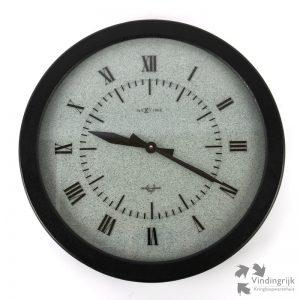 wandklok van het merk NeXtime model Design Award klok klokken wandklok uurwerk zwart decoratie interieur