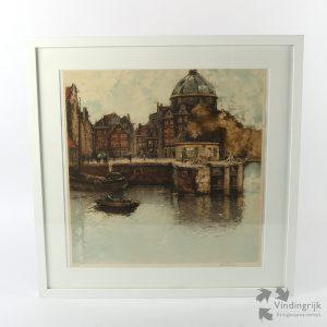 Henri Cassiers (Antwerpen 1858 - Elsene 1944) was een Vlaams kunstenaar, vooral bekend door zijn toegepaste kunst: illustraties, affiches, wandplaten en prentkaarten, met vaak een maritieme inslag. Hier een chromolithografie van een havengezicht. Het is nummer 68 van een oplage van 100 stuks. De litho is door de kunstenaar met potlood gesigneerd en zit in een nette metalen lijst achter glas.