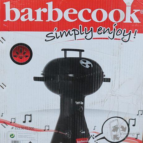 De Barbecook Tam Tam is compact, licht en produceert niet alleen gegrild vlees maar ook geluid. Een iPod, mp3- of cd-speler kan worden aangesloten op de ingebouwde versterker met luidsprekers. De barbeque werkt op gas (o.a. Campinggaz en Primus).
