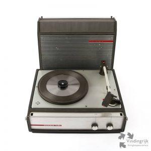 Vintage pick-up Musikus 108v van het merk Telefunken. Het apparaat heeft 4 snelheden: 16, 33 en 45 voor vinylplaten en 78 toeren voor bakeliet. Door middel van een een draaimechanisme op de toonkop wordt de juiste naald gekozen: Micro of Normaal, voor vinyl of bakeliet. Deze platenspeler zit gemonteerd in een handig koffertje en is voorzien van een ingebouwde luidspreker. De speler heeft een volume- en een toonregelingsknop.