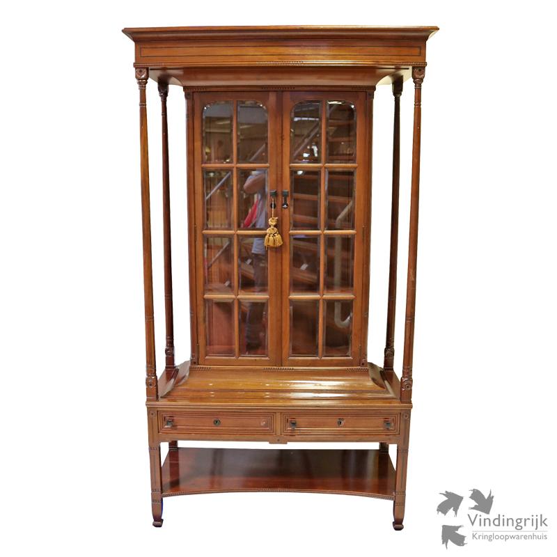 Klassieke vitrinekast vindingrijk kringloopwarenhuis breda for Webshop meubels