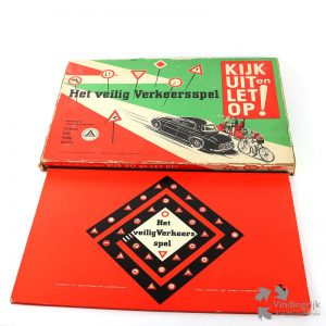"""Kijk uit en Let Op! - Het Veilig Verkeersspel is een bordspel, uitgegeven door """"N.V. Schippers Int."""". Het betreft de uitgave uit 1960 Inhoud: speelbord, 6 houten schijfjes als speelfiguren (4 fietsen, brommer, auto), 1 groene en 1 rode dobbelsteen, spelregels, boekje met verkeerstekens en hun betekenis en 20 kaarten. het spel werd uitgegeven in samenwerking met het Verbond voor Veilig Verkeer dat later overging in Veilig Verkeer Nederland. Gemaakt in Holland"""