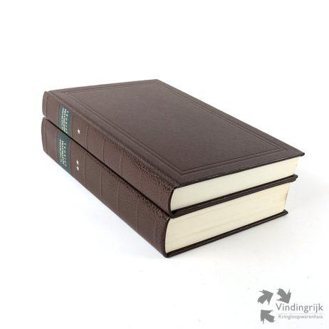Het Bloedigh Tooneel of Martelaers Spiegel der Doops-Gesinde of Weerloose Christenen, die om 't getuygenis van Jesus haren Salighmaker geleden hebben ende gedood zijn van Christi tijd af, tot desen tijd toe is een facsimile uitgave van het oorspronkelijke boek uit 1685 van T.J.V. van Braght. Deze uitgave beslaat 2 delen, van 450 en 840 pagina's zijn ingenaaid in hardcover met kunstleer. Tevens bijgaand is een een losbladige inleiding door Dr S.L. Verheus & Ds T. Alberda-van der Zijpp van 20 pagina's. De 2 delen in nette staat zijn uitgegeven door De Bataafsche Leeuw, Dieren 1984.