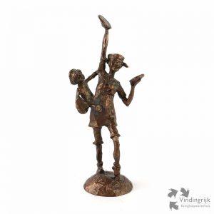 Clown met bekkens en een kind op de heup. Het beeldje is gemaakt van verbronsd tin en is vervaardigd door Davinci.