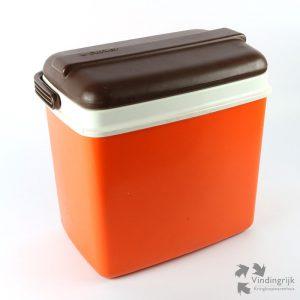 Opvallende koelbox van het merk Curver in de typisch populaire kleuren oranje en bruin van de jaren '70. De box is gemaakt van kunststof.