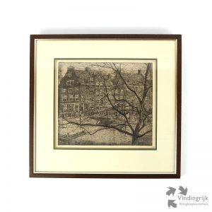 Pieter Dupont (Amsterdam 1870 – Hilversum 1911) was een Nederlands aquarellist, graficus, kunstschilder, tekenaar, (boekband)ontwerper, pastellist, tekenleraar en hoogleraar. Hier een ets op zink met de afbeelding van de Prinsengracht te Amsterdam. Het betreft nummer 92 van een oplage van 100 stuks, door de kunstenaar met potlood genummerd en gesigneerd. Het werk zit in een houten lijst achter glas en dateert van eind 1895.