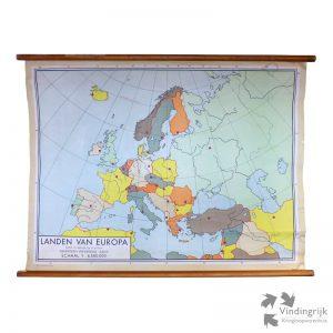 """Schoolwandkaart """"Landen van Europa"""". De kaart is gemaakt van papier op linnen, bevestigd op houten rollen. De kaart is vervaardigd door Dijkstra's Uitgeverij te Zeist."""