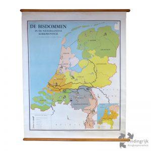 """Schoolwandkaart """"Bisdommen in de Nederlandse Kerkprovincie"""". De kaart is gemaakt van papier op linnen, bevestigd op houten rollen. De kaart is vervaardigd door G.B. van goor zoonen's Uitgeversmaatschappij N.V. Den Haag."""