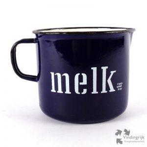 Melkkan van donkerblauw emaille met witte letters. Het ontwerp is van Happy Holland Design en is gemaakt in Polen.