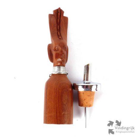 Schenktuit voor een fles met houten stop in de vorm van een Afrikaanse krijger.