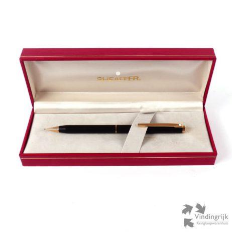 Sheaffer produceert al sinds 1913 pennen met toewijding. Sheaffer pennen zijn er in diverse modellen, van klassiek tot innovatief. Dit zwarte potlood,gold plated is uitgevoerd in strak klassiek en wordt geleverd in het originele doosje.