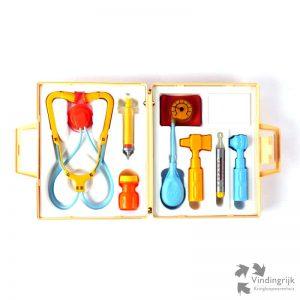 Vintage medical kit # 936 ofwel een dokterskoffertje van het bekende merk Fisher Price. De kit is compleet met onder andere een stethoscoop, een bloeddrukmeter en een hamertje voor het bepalen van reflexen. Gemaakt in de USA in 1977.