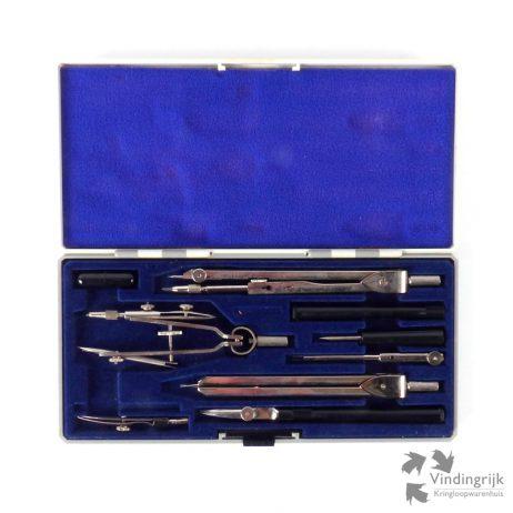 Passerset in kunststof doos, gevoerd met blauw velours. Het doosje bevat vele accessoires en reservepotloodstiftjes.