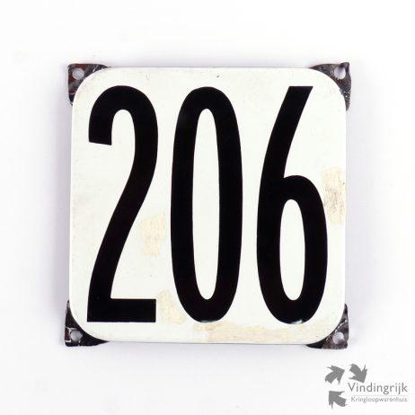 Vintage huisnummerplaatje # 206. Het plaatje heeft een voorkant van emaille in zwart-wit en het staal heeft een dikte van 1 mm