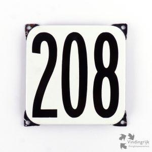 Vintage huisnummerplaatje # 208. Het plaatje heeft een voorkant van emaille in zwart-wit en het staal heeft een dikte van 1 mm