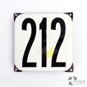Vintage huisnummerplaatje # 212. Het plaatje heeft een voorkant van emaille in zwart-wit en het staal heeft een dikte van 1 mm