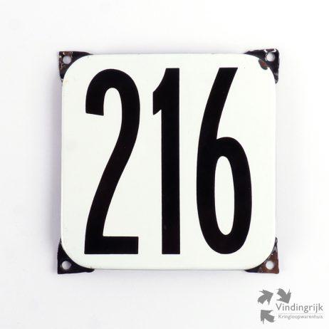 Vintage huisnummerplaatje # 216. Het plaatje heeft een voorkant van emaille in zwart-wit en het staal heeft een dikte van 1 mm