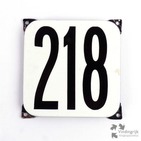 Vintage huisnummerplaatje # 218. Het plaatje heeft een voorkant van emaille in zwart-wit en het staal heeft een dikte van 1 mm