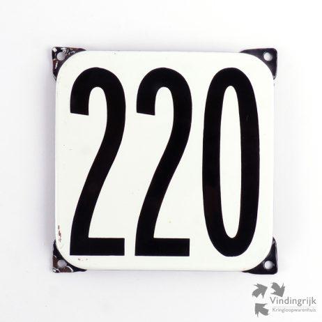 Vintage huisnummerplaatje # 220. Het plaatje heeft een voorkant van emaille in zwart-wit en het staal heeft een dikte van 1 mm