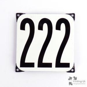 Vintage huisnummerplaatje # 222. Het plaatje heeft een voorkant van emaille in zwart-wit en het staal heeft een dikte van 1 mm