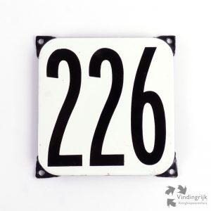 Vintage huisnummerplaatje # 226. Het plaatje heeft een voorkant van emaille in zwart-wit en het staal heeft een dikte van 1 mm