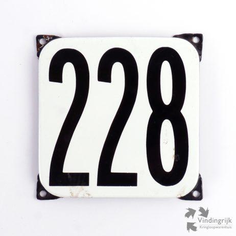 Vintage huisnummerplaatje # 228. Het plaatje heeft een voorkant van emaille in zwart-wit en het staal heeft een dikte van 1 mm.