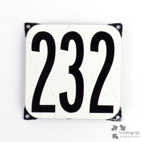 Vintage huisnummerplaatje # 232. Het plaatje heeft een voorkant van emaille in zwart-wit en het staal heeft een dikte van 1 mm.