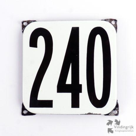 Vintage huisnummerplaatje # 240. Het plaatje heeft een voorkant van emaille in zwart-wit en het staal heeft een dikte van 1 mm.