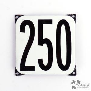 Vintage huisnummerplaatje # 250. Het plaatje heeft een voorkant van emaille in zwart-wit en het staal heeft een dikte van 1 mm.
