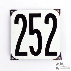 Vintage huisnummerplaatje # 252. Het plaatje heeft een voorkant van emaille in zwart-wit en het staal heeft een dikte van 1 mm.