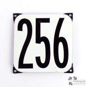 Vintage huisnummerplaatje # 256. Het plaatje heeft een voorkant van emaille in zwart-wit en het staal heeft een dikte van 1 mm.