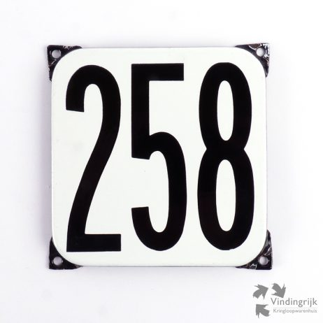 Vintage huisnummerplaatje # 258. Het plaatje heeft een voorkant van emaille in zwart-wit en het staal heeft een dikte van 1 mm.