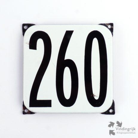Vintage huisnummerplaatje # 260. Het plaatje heeft een voorkant van emaille in zwart-wit en het staal heeft een dikte van 1 mm.