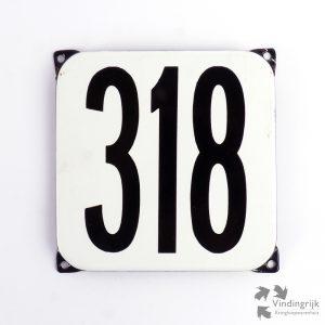 Vintage huisnummerplaatje # 318. Het plaatje heeft een voorkant van emaille in zwart-wit en het staal heeft een dikte van 1 mm.