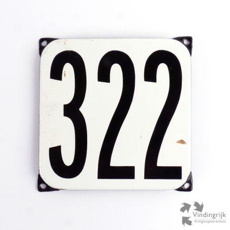 Vintage huisnummerplaatje # 322. Het plaatje heeft een voorkant van emaille in zwart-wit en het staal heeft een dikte van 1 mm.