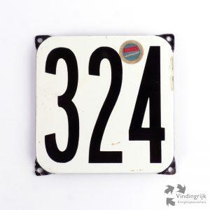 Vintage huisnummerplaatje # 324. Het plaatje heeft een voorkant van emaille in zwart-wit en het staal heeft een dikte van 1 mm.