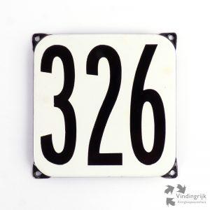 Vintage huisnummerplaatje # 326. Het plaatje heeft een voorkant van emaille in zwart-wit en het staal heeft een dikte van 1 mm.