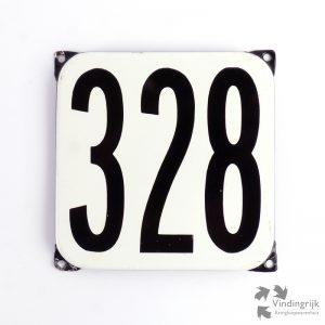 Vintage huisnummerplaatje # 328. Het plaatje heeft een voorkant van emaille in zwart-wit en het staal heeft een dikte van 1 mm.