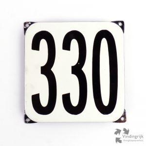 Vintage huisnummerplaatje # 330. Het plaatje heeft een voorkant van emaille in zwart-wit en het staal heeft een dikte van 1 mm.
