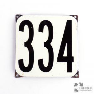 Vintage huisnummerplaatje # 334. Het plaatje heeft een voorkant van emaille in zwart-wit en het staal heeft een dikte van 1 mm.