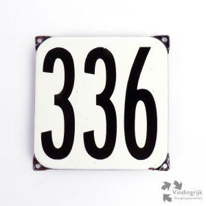 Vintage huisnummerplaatje # 336. Het plaatje heeft een voorkant van emaille in zwart-wit en het staal heeft een dikte van 1 mm.