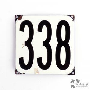 Vintage huisnummerplaatje # 338. Het plaatje heeft een voorkant van emaille in zwart-wit en het staal heeft een dikte van 1 mm.