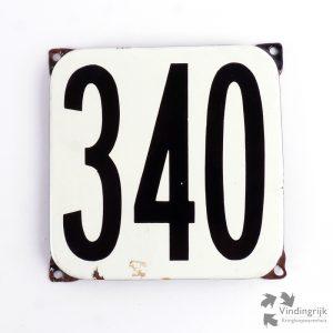 Vintage huisnummerplaatje # 340. Het plaatje heeft een voorkant van emaille in zwart-wit en het staal heeft een dikte van 1 mm.