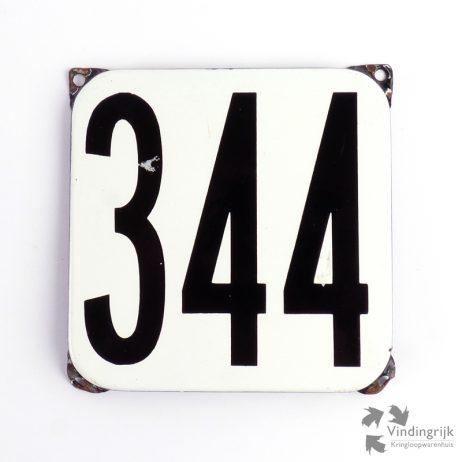 Vintage huisnummerplaatje # 344. Het plaatje heeft een voorkant van emaille in zwart-wit en het staal heeft een dikte van 1 mm.