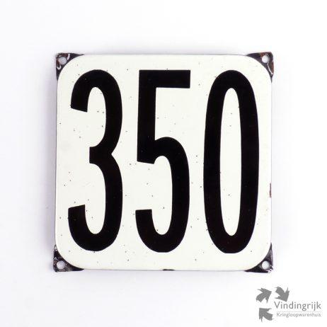Vintage huisnummerplaatje # 350. Het plaatje heeft een voorkant van emaille in zwart-wit en het staal heeft een dikte van 1 mm.