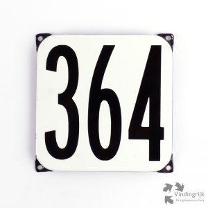 Vintage huisnummerplaatje # 364. Het plaatje heeft een voorkant van emaille in zwart-wit en het staal heeft een dikte van 1 mm.