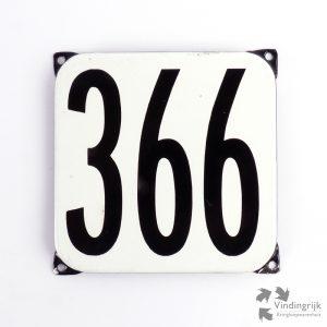 Vintage huisnummerplaatje # 366. Het plaatje heeft een voorkant van emaille in zwart-wit en het staal heeft een dikte van 1 mm.