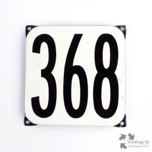 Vintage huisnummerplaatje # 368. Het plaatje heeft een voorkant van emaille in zwart-wit en het staal heeft een dikte van 1 mm.